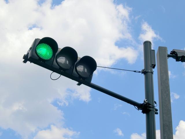 道路を走行するなら知らないといけない信号機の役割と種類